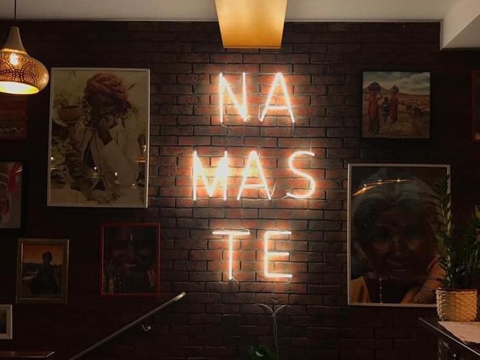 Reklama Neonowa NAMASTE dla Thali Poznań