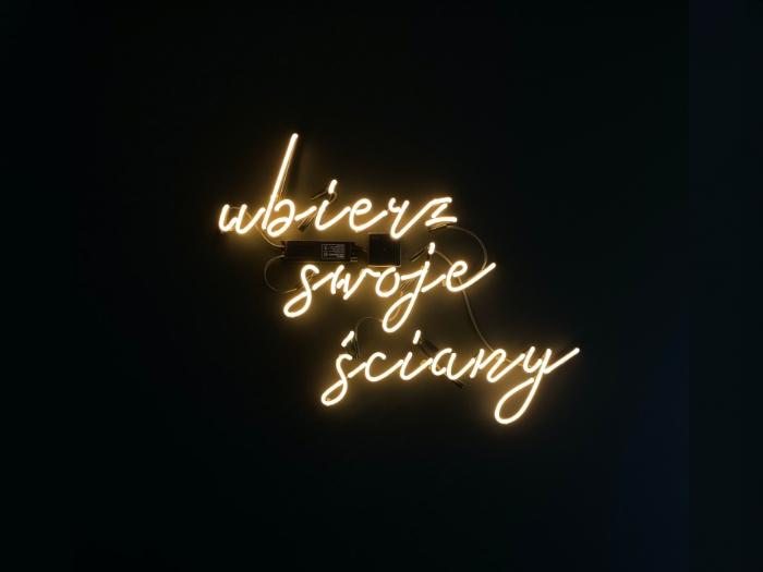 ubierz swoje ściany neon do biura
